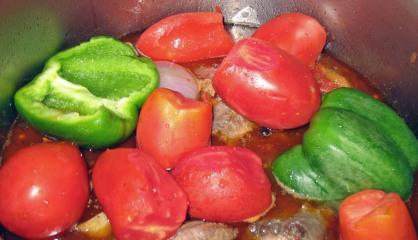Προσθετουμε ντοματινια και φρεσκιες πρασινες πιπεριες