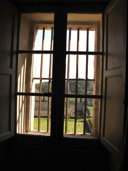 window_with_bars