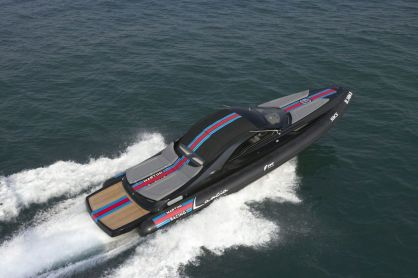lancia-powerboat-presented-with-topmodel-catrinel-1