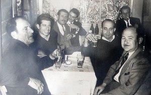 Ο Μπαμπουλας (πρωτος αριστερα) με πελατες