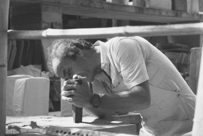 Eduardo Chillida at work