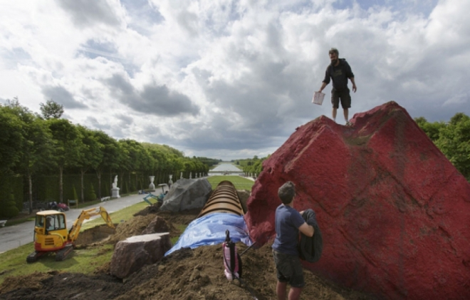 """Red rock, part of the """"Dirty Corner"""" installation in the gardens of the Versailles. Jacques Graf/Divergence pour le JDD"""