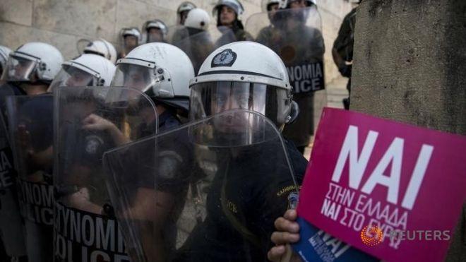 riot-policemen-stand
