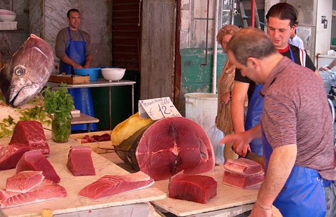 Τόνος στην αγορά Βουτσιρία του Παλέρμο στη Σικελία (φωτογραφία Νίκου Μορόπουλου)