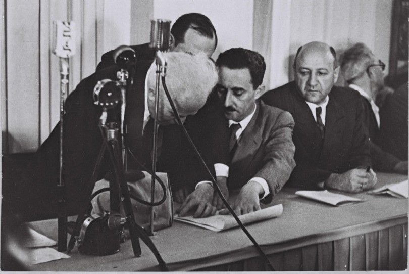 ben_gurion_left_signing_the_declaration_of_independence-1024x685